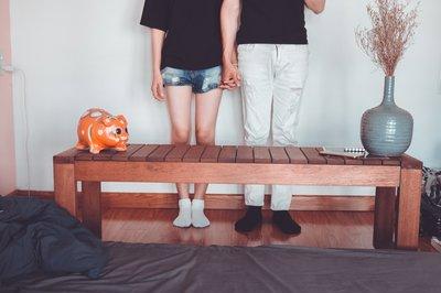 Paar, das beabsichtigt, den Mietvertrag für eine Wohnung zu kündigen