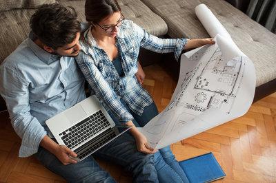 giovane coppia in procinto di acquistare un appartamento
