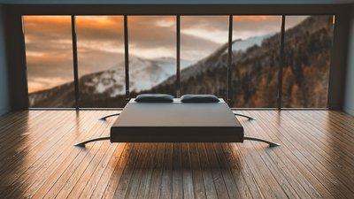 Zimmer mit einem großen Panoramafenster und Bergblich