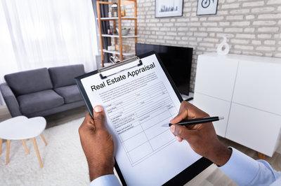 Schätzung des Wertes eines Hauses mit einem Immobilienmakler