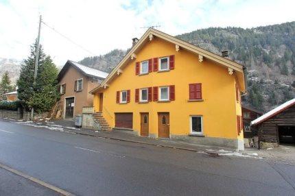 2-Familienhaus mit 3 1/2- und 7 1/2-Zimmer-Wohnungen / casa bifamiliare di app. di 3 e 7 locali 1/5